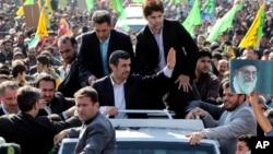 Presiden Iran Mahmoud Ahmadinejad (tengah) dikelilingi para pengawal kepresidenan, melambai kepada massa di Teheran dalam perayaan HUT Revolusi Islam Iran ke 34, Minggu (10/2).
