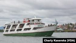 Le bateau Akonkwa 1 sur le lac Kivu où un canot a chaviré causant la mort et la disparition de plusieurs personnes un peu plutôt entre Goma et Buka, dans l'est de la RDC. VOA/Charly Kasereka