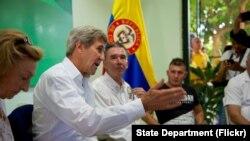 El secretario de Estado de Estados Unidos John Kerry y otros diplomáticos estadounidenses hablan en Cartagena con víctimas y exguerrille