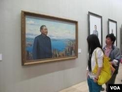 画展观众观看邓小平画像(2010年5月,美国之音张楠拍摄)