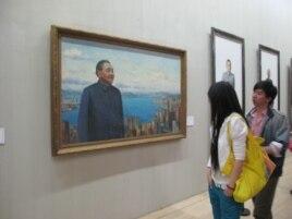 畫展觀眾觀看鄧小平畫像(2010年5月,美國之音張楠拍攝)