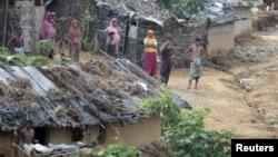 Warga Rohingya dari Burma di sebuah wilayah penampungan pengungsi di Teknaf, Bangladesh (Foto: dok). AS mendesak Bangladesh agar mengizinkan LSM Internasional meneruskan bantuan kepada pengungsi Rohingya.