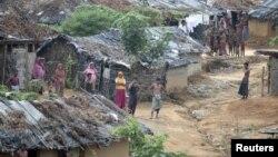 Warga Rohingya terlihat di kamp pengungsi di Teknaf (foto: dok Juni 2012).