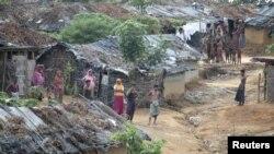 Pengungsi Rohingya dari Burma di sebuah kampung penampungan darurat di Teknaf, Bangladesh (Foto: dok). Pemerintah Bangladesh telah meminta badan amal internasional untuk menghentikan bantuan bagi para pengungsi Rohingnya.