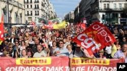 法国南部城市马赛的人们举行抗议示威