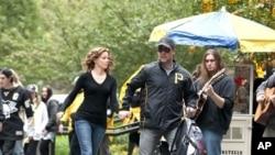 Lara Brennan (Elizabeth Banks) and John Brennan (Russell Crowe) in THE NEXT THREE DAYS.