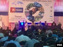Banengi abantu abangene umhlangano oqoqwe libhanga leCommercial Bank of Zimbabwe.