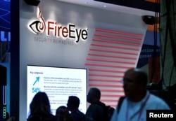 Stan FireEye dalam pameran konferensi keamanan dunia maya Black Hat 2016 di Las Vegas, Nevada, AS, 3 Agustus 2016. (REUTERS / David Becker)