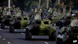 Đoàn xe quân sự của quân đội Cuba diễu hành dọc theo Plaza de la Revolucion, tháng 4, 2011.