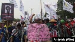 Aksi unjuk rasa dalam peringatan Hari Tani Nasional di seberang Istana Merdeka, 27 September 2016. (Foto: VOA/Andylala)