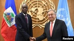 Prezidan Jovenel Moise (agoch) ki t ap bay lanmen avèk Sekretè Jeneral l'ONU an, Antonio Guterres. (Foto: REUTERS/Darren Ornitz).