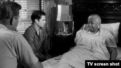 """Martin Milner, George Maharis, y estrella invitada Ethel Waters en episodio de la serie """"Route 66""""."""