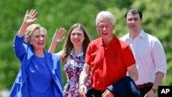 Ứng cử viên tổng thống của đảng Dân chủ Hillary Rodham Clinton cùng gia đình vẫy chào người ủng hộ tại Roosevelt Island ở New York, ngày 13/6/2015.