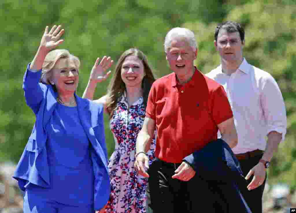 Klinton xonim turmush o'rtog'i Bill, qizi Chelsi va kuyovi Mark Mezvinski bilan