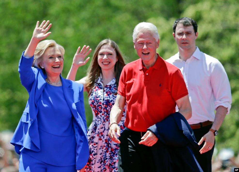 2015年6月13日,希拉里·克林顿及其丈夫比尔·克林顿,女儿切尔西·克林顿和女婿马克 ·梅兹文斯基在纽约的罗斯福岛合影