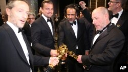 De izquierda a derecha: Emmanuel Lubezki, Leonardo DiCaprio, Alejandro González Iñárritu y Chris Jenkins (Oscar por mejor banda de sonido por Mad Max).