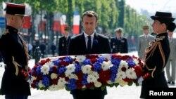 El presidente francés, Emmanuel Macron, coloca una ofrenda floral en la Tumba del Soldado Desconocido en París, durante una ceremonia por el 73 aniversario del fin de la Segunda Guerra Mundial el martes, 8 de mayo, de 2018.