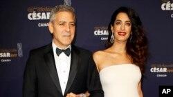 好莱坞超级明星乔治·克鲁尼和妻子阿马尔( Amal Clooney)在巴黎参加凯撒奖典礼(2017年2月24日)。