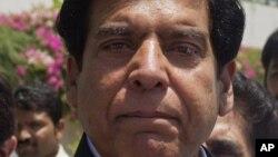 Ông Raja Pervaiz Ashraf rời trụ sở Quốc hội ở Islamabad sau khi đệ nạp văn bản đề cử ông là ứng cử viên thủ tướng