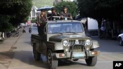 Tentara separatis Kachin (KIA) melakukan patroli di Laiza, dekat perbatasan Burma dengan China (foto: dok).
