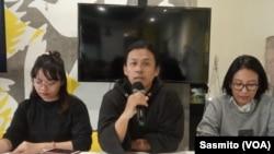 Syahar Banu (kiri) dan Manajer Amnesty International Indonesia Puri Kencana Putri saat menggelar konferensi pers di Jakarta, Kamis (12/9). (Foto: VOA/Sasmito)