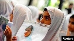 Des étudiantes à Abu Dhabi le 15 octobre 2012 avec la photo de Malala attaquée par les Taliban au Pakistan