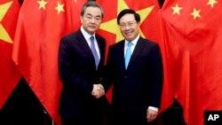Bộ trưởng Ngoại giao Việt Nam Phạm Bình Minh (phải) tiếp Bộ trưởng Ngoại giao Trung Quốc Vương Nghị tại Hà Nội ngày 1/4/2018.