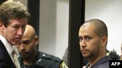 Праворуч: Джордж Зіммерман покидає залу суду із своїм адвокатом.