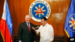 دیدار رکس تیلرسون وزیر خارجه آمریکا (چپ) با رودریگو دوترته رئیس جمهوری فیلیپین در حاشیه نشست آسهآن در مانیل - ۱۶ مرداد ۱۳۹۶