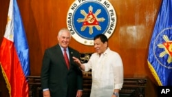 U.S. State Secretary Rex Tillerson, left, is welcomed by Philippine President Rodrigo Duterte during the former's courtesy call at Malacanang Palace in Manila, Philippines, Aug. 7, 2017.