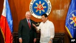 美国国务卿蒂勒森在菲律宾马尼拉马拉卡南宫欢迎菲律宾总统杜特尔特(左)(2017年8月7日)
