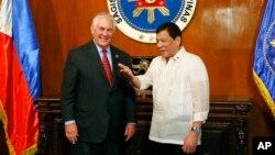 El secretario de Estado, Rex Tillerson, es recibido por el presidente Rodrigo Duterte en el palacio Malacanang en Manila.