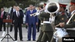 Tổng thống Nga Vladimir Putin (trái) đến thăm căn cứ quân sự số 201 tại Dushanbe, 5/10/2012