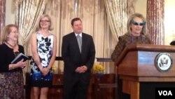 La secretaria de Estado Hillary Clinton puso la nota jocosa de la juramentación al usar lentes oscuros durante toda la ceremonia.