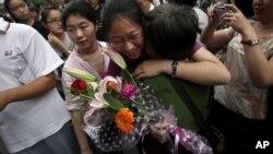 """2010年6月8日: 中国各地约1000万高三学生参加""""高考""""。 北京考区:家长迎接考场出来的孩子(资料照片)"""