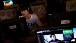 一名女孩在河南鄭州一家網吧上網。(資料照)