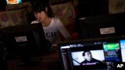 Người sử dụng mạng tại một quán cà phê internet ở tỉnh Hà Nam, Trung Quốc