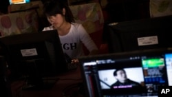 一名女孩在河南郑州一家网吧上网。(资料照)