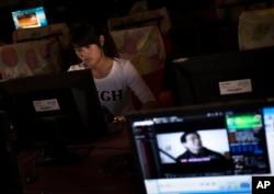 一名女孩在河南郑州一家网吧上网(资料照)