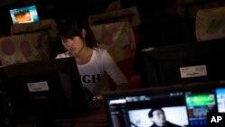 Una china navega por internet en un ciber café de Zhegzhou, en la provincia Henan, China.