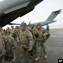 """Prezident Almazbek Atambayev AQSh """"Manas"""" ni bo'shatadi deydi, Lekin Qirg'iziston rasmiylari yiliga 60 million dollar iqtisod uchun katta tayanch ekanini tan oladi."""