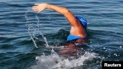 지난달 31일 쿠바에서 미국 플로리다주까지 헤엄쳐 건너고 있는 미국 여성 다이애나 니아드 씨.