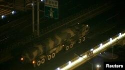 Tư liệu - Một chiếc xe quân sự mang theo một tên lửa đạn đạo tầm xa tiến về phía Quảng trường Thiên An Môn, Trung Quốc.