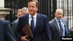 El primer ministro británico David Cameron camina hacia el Parlamento desde el Número 10 de la calle Downing, en Londres.