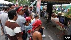 Người biểu tình Áo Ðỏ xem video về các vụ đụng độ với lực lượng an ninh ở Bangkok, ngày 11/5/2010