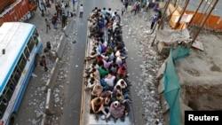 印度外來工3月29日乘車離開首都新德里郊區一城鎮.