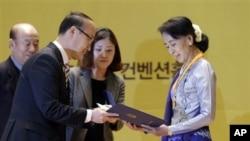 Gwangju လူ႔အခြင့္အေရးနဲ႔ ၿမိဳ႕ေတာ္သူဆု ေဒၚစုလက္ခံယူေနစဥ္။ ( ဇန္နဝါရီ ၃၁၊ ၂၀၁၃)