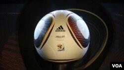 Jabulani, la pelota del Mundial, desvela a muchos de los jugadores, sobre todo a los arqueros.