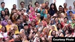 Presiden Jokowi berswa photo dengan para aktivis perempuan di depan Istana Merdeka, Jakarta, Rabu (6/3) (Foto: Biro Pers Sekretariat Presiden).