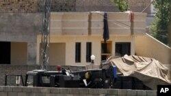 星期一汽車停泊在相信是本拉登匿藏地方的巴基斯坦的大院里